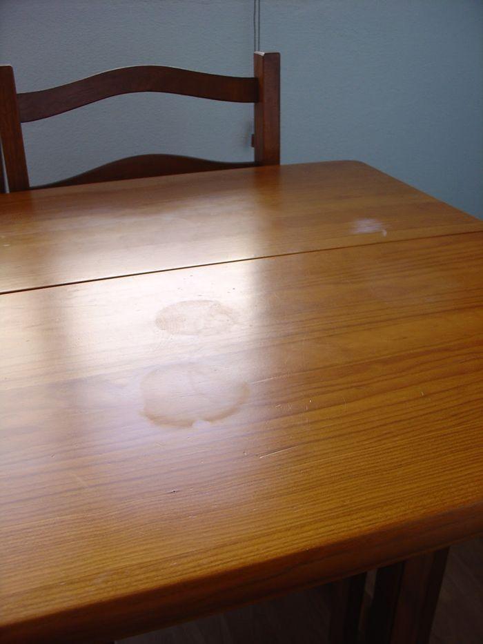 Basta para o efeito colocar um pouco de óleo e sal. Faça uma pasta e esfregue bem as manchas. Por fim passe um pano seco e macio.