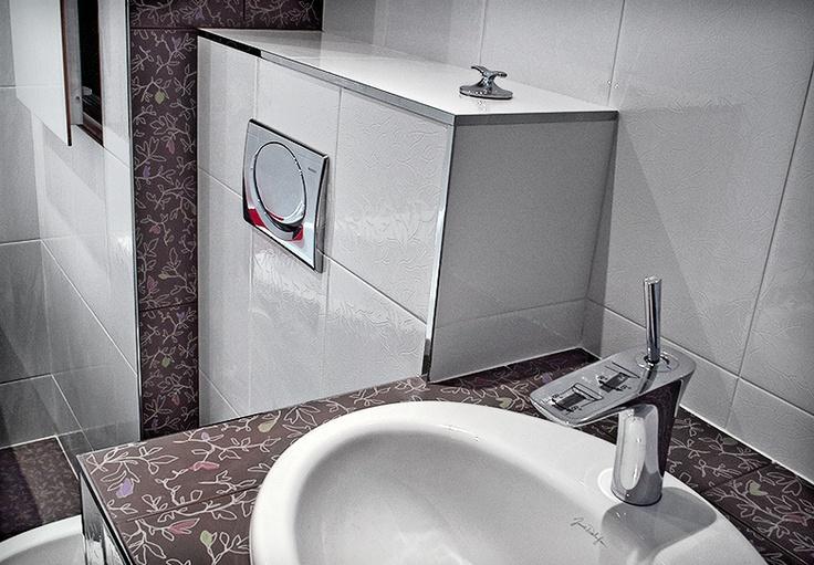 Сантехника и испанская плитка на стенах и полу ванной комнаты