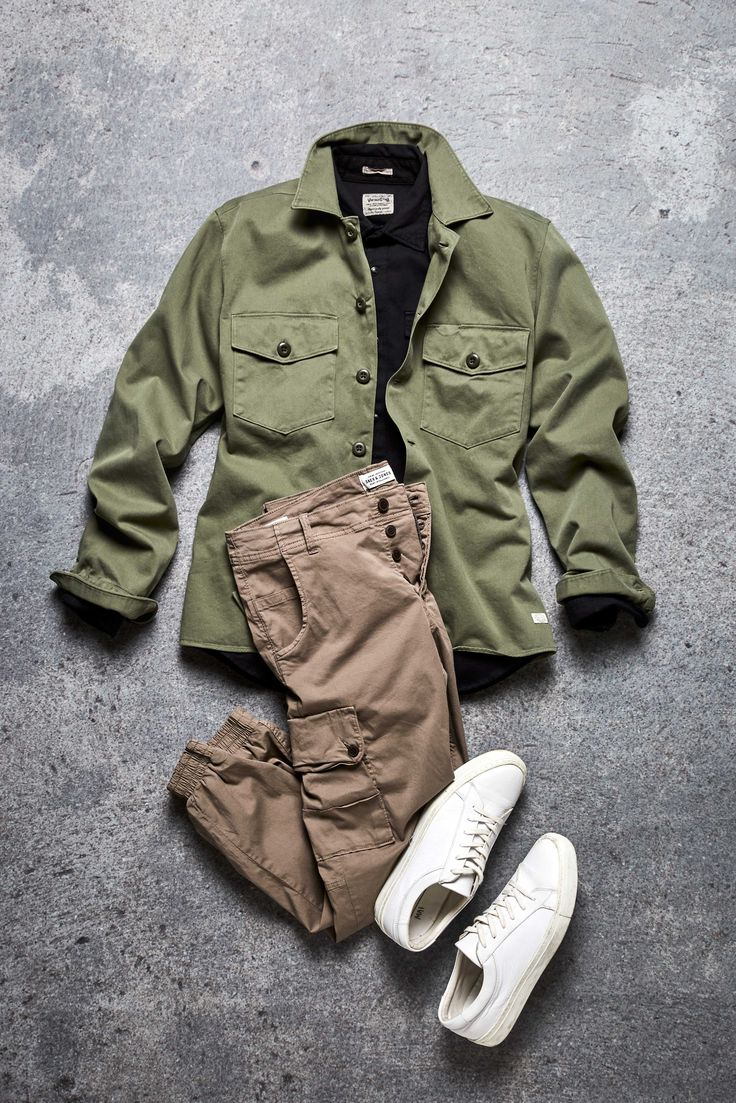 Cargo pants outfit idea: pair your beige cargo trousers with white trainers, a black top and a green oversized jacket | JACK & JONES