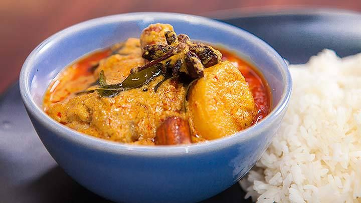 Nyonya Chicken Curry - Poh and Justine just made this on EGJS and it was soooo easy, blend curry paste ingredients, par boil potatoes, halve chicken fillets, fry paste and add the rest of the ingredients - Recipe from Everyday Gourmet with Justine Schofield