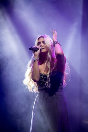 Jamie McDell performing 'Angel' at VNZMA 2013