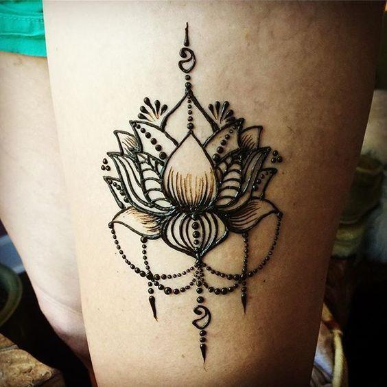 Simple yet sexy thigh lotus... #henna #mehndi #bluelotushenna #portland #portlandsaturdaymarket #pdxsatmkt #pdxhenna #portlandhennaartist #mehndiartist #tattoo #hennahub #hennapro #hennachai #hennasooq #mehnditation #handmadehappiness #lotus #thightattoo #chaindrape