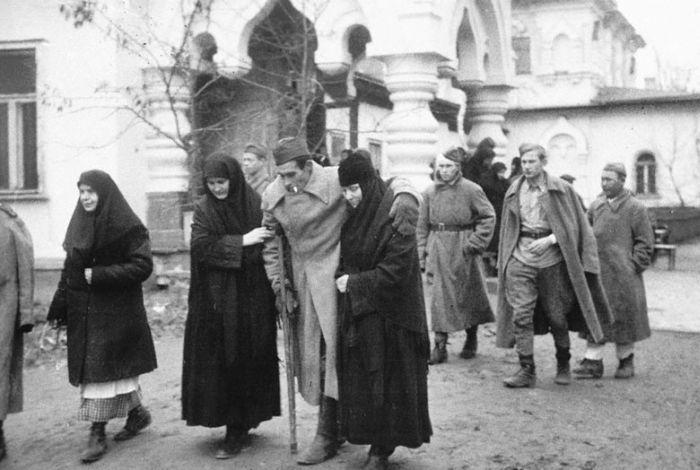 Прибытие раненых в госпиталь, расположенный в Покровском монастыре, Киев, 1943 г.