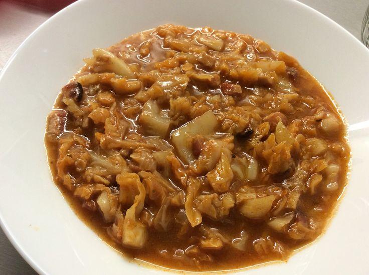 Kapustová polévka s mletou sladkou paprikou a slaninou