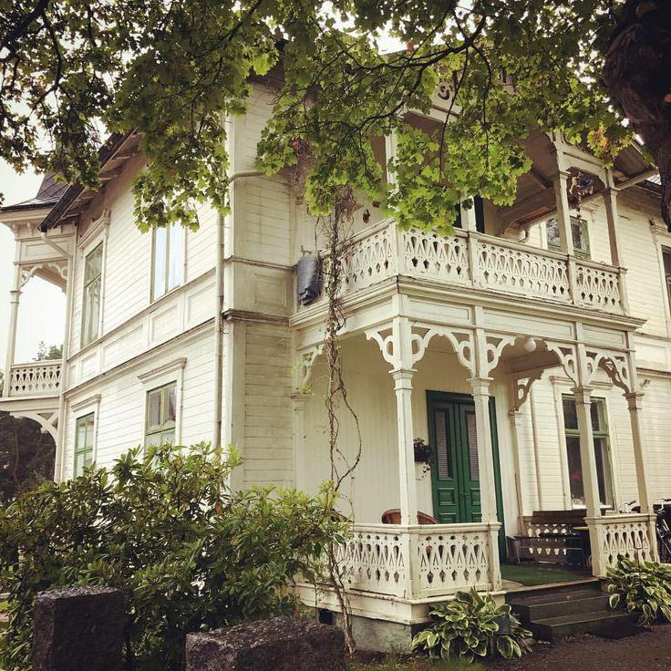 """Ännu ett vackert hus i Arvika, det här med mycket snickarglädje! Byggt i slutet av 1800-talet då """"lö - varmlandsantikvarien"""