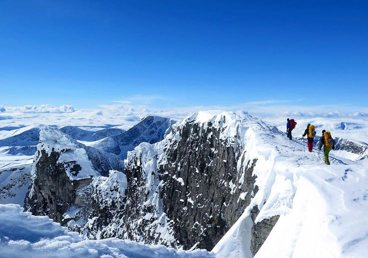 Hva vi fikk gjort i helga. Endelig uttelling andre forsøk på #snøhettatraversen i vinter. 42 km og 21 timer car to car.  #alpinism #fåsds #climbing #klatring #trad #fjellklatring #uteklatring #lvngthdrm #joika #mountaineering #mixedclimbing #piteraqstore #dmmclimbing #mountainequipment #blackdiamond #blackdiamondequipment #petzl #gregorypacks #clifbar #arcteryx #snøhetta #utno #vghelg #welcometonature #ilovenorway #winter #winterwonderland by mariustor