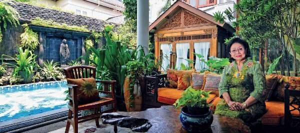 Rumah Kolonial Tradisional Martha Tilaar | 31/05/2015 | Arsitektur bangunannya bergaya kolonial, interior sarat langgam tradisional.Housing-Estate.com, Jakarta - Tak sulit mencari rumah pengusaha kosmetik Martha Tilaar (77) yang terkenal dengan merek Sari Ayu ... http://propertidata.com/berita/rumah-kolonial-tradisional-martha-tilaar/ #properti #rumah #jakarta #arsitek #cikarang #yogyakarta
