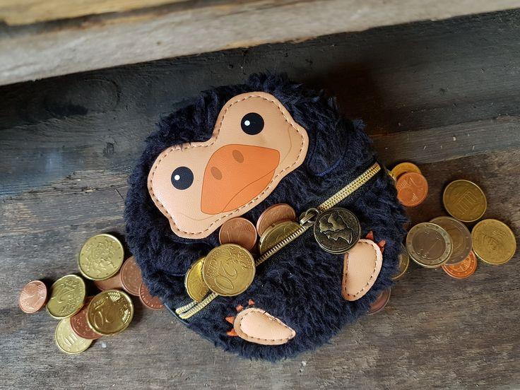 💸 Auf frischer Tat ertappt! 💸 Erkennt ihr dieses süße Wesen? Zu putzig um sauer auf ihn zu sein 😍 Ihr könnt euch aber sicher sein dass dieser Niffler aus Phantastische Tierwesen Geldbörse gut auf eure Taler aufpasst! #EMP #Harrypotter #Niffler
