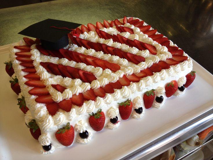 Torta di laurea in pan di spagna, crema pasticcera panna montata e fragole. www.civardivini.com