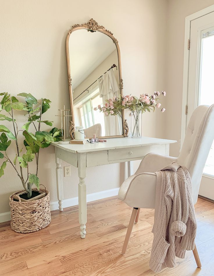A Farmhouse Style Pretty Vanity Desk In The Bedroom Home Decor Bedroom Vintage Farmhouse Vanity