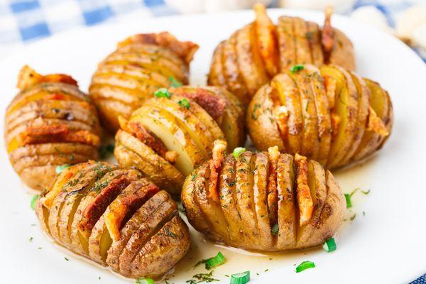 Πατάτες ακορντεόν με λουκάνικο και μπέικον. Πατάτες σαν ακορντεόν γεμιστές με μπέικον και λουκάνικο που θα σας ξετρελάνουν!