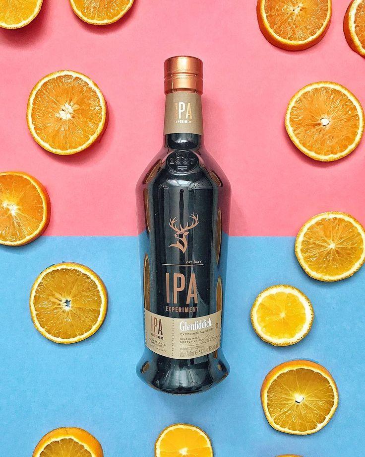 Все-таки Брайан Кинсман доказал, что традиционные бочки для виски могут быть подготовлены новым способом.  Он создал пикантный и смелый IPA-эль для придания дубовым бочкам аромата хмеля. Эксперимент привел к первому солодовому виски с финишной выдержкой в бочках из-под крафтового эля 🥃 почему на фото апельсины? Потому что рекомендуют вот такую подачу:  🍊положить в бокал большой шарик льда, в диаметре 55мм  🍊добавить желаемое кол-во #Glenfiddich IPA  🍊ножом снимаем немнго цедры с красного…