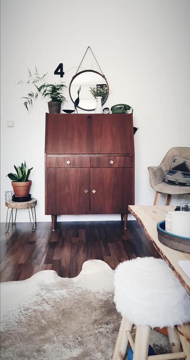 vintage sideboardtraum bei solevita auf couchstyle de vintage wohnzimmer runderspiegel fellhocker fellteppich teppich four hairpin beistelltisch