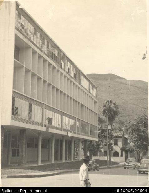 Conservatorio de Música. Santiago de Cali, 1955.C.A. Frechette. Conservatorio de Música y B090. SANTIAGO DE CALI: Biblioteca Departamental Jorge Garces Borrero, 1955. 10 x 8.