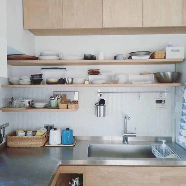 ... . ボウルを4→2にしたり、 ザルを3→1にしたり、 その他色々減らして すごく使いやすくなってきました( *´艸) . . うちの中も 自分自身も 少しずつ変わっていくのが、 その過程が楽しい(*^^*) . 一気にじゃなく、 少しずつ。。。 . 確実に。 . .  #リノベーション #マンション #キッチン #kitchen  #収納 #片付け #オープン収納 #暮らし #造作キッチン #ステンレスキッチン  #アルメダース #キッチンタオル #北欧 #北欧雑貨 #食器#器#うつわ #食器収納 #無印良品 #ニトリ#IKEA#断捨離#持ちすぎない暮らし#シンプルライフ#シンプルな暮らし#すっきり暮らす
