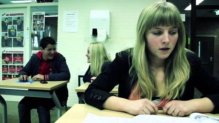 Voorlichtingsfilmpje over Sexting. We zien hoe een meisje naar een jongen uit haar klas een sms bericht stuurt met een spannende foto van zichzelf. Wat begin...
