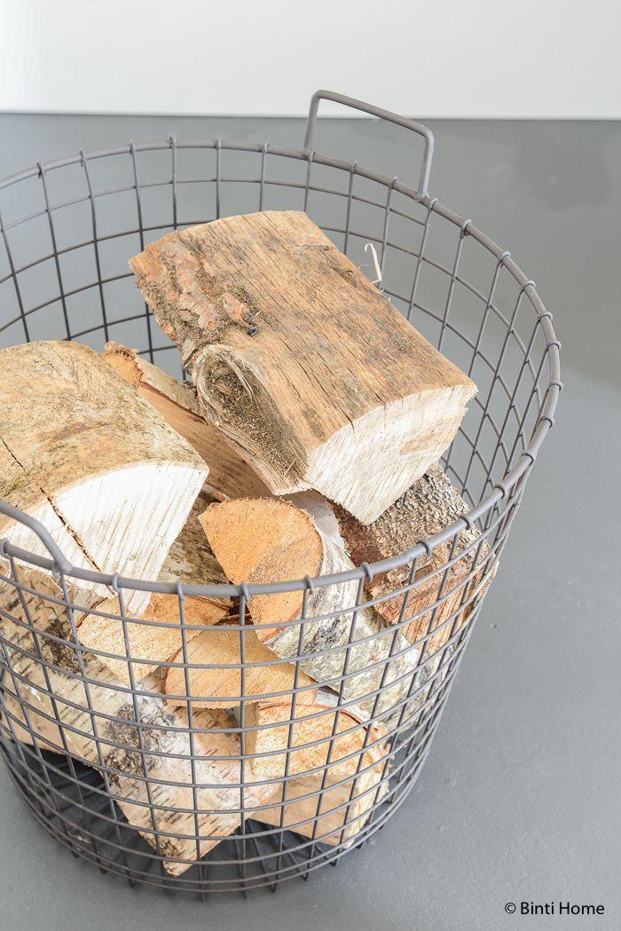 Sfeervol wonen met een openhaard, gietvloer en warme materialen | Binti Home blog : Interieurinspiratie, woonideeën en stylingtips, draadmand