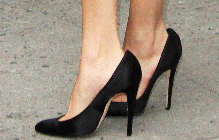 5a5483e85ff Les pieds de selena gomez dans les pompes jolies brian atwood jpg 700x450 Selena  gomez brian