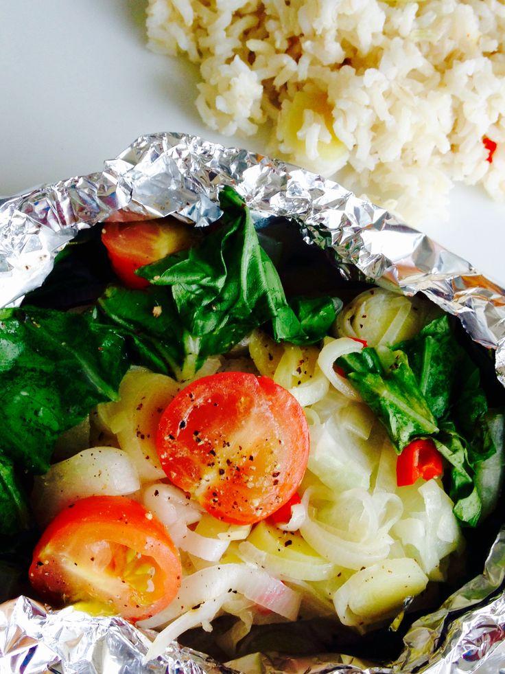 Ik ben dol op vispakketjes uit de oven. Heb jij ze al eens gemaakt? Ze zijn namelijk heel simpel te maken en je kunt alles wat je lekker vindt toevoegen en zo dus eindeloos variëren. Dit recept is daarom ideaal om restjes groenten in te verwerken zoals wortel, paprika, spinazie of gesmoorde boerenkool. In dit gerecht maak ik gebruik van paksoi, cherrytomaten en prei. Wees creatief en laat je verrassen door de diversiteit van smaken. De frisse rijst met kokosmelk, gember, sereh, limoen en…