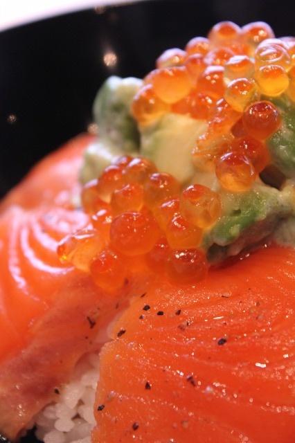 Avocado, Salmon Sashimi and Ikura Salmon Roe over Rice (Japanese Donburi Style)|アボカドと鮭の親子丼