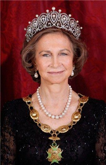 La Reina Sofía, con una de las joyas más impresionantes de la corona, confeccionada en platino, brillantes y adornada con perlas en forma de lágrima en la parte superior