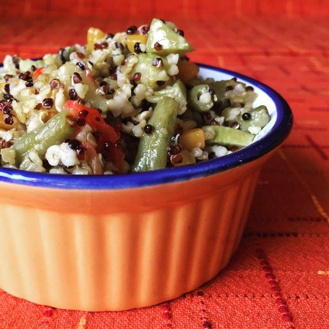 Freekeh, quinoa rossa e verdure piccantine