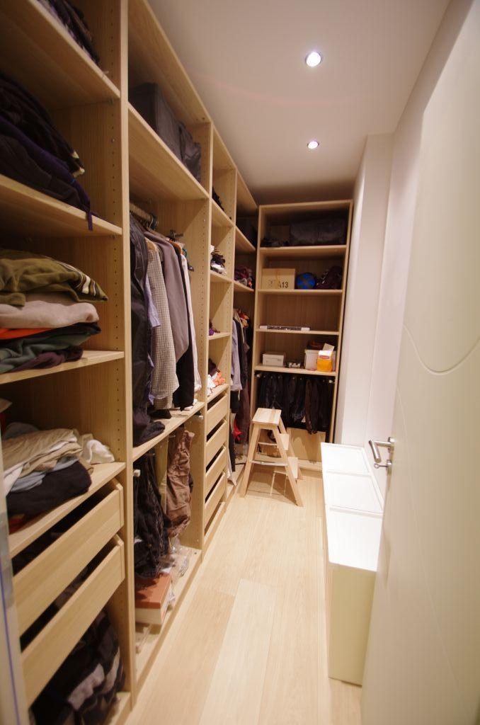 Photo dressing rempli a droite corbeilles linge ike - Dressing chambre adulte ...