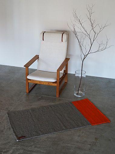 メキシコの伝統的なパターンからインスピレーションを受けた鮮やかなオレンジが印象的なラゴスデルムンドのラグは、職人の手織りです。持ち運びも可能です。ニューヨークスタイルのインテリアショップ ideot 。クラシカルかつモダンで洗練されたアイテムを提案します。