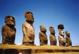 este monumento situado en las islas de pascua (oceania), fue construido para auyentar a los malos espiritus