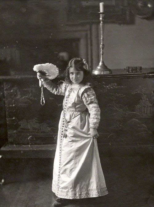 Queen Elizabeth - Queen Mum, 1909 Millie learning the curtsy with Kate