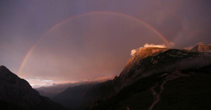 Um arco-íris se estende ao longo das montanhas na Baviera, estado da Alemanha, fronteira com a Áustria. Fotografia: Rattay/Reuters.