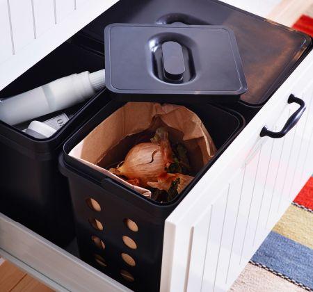 En åpen skuff med avfallsbøtter med organisk avfall