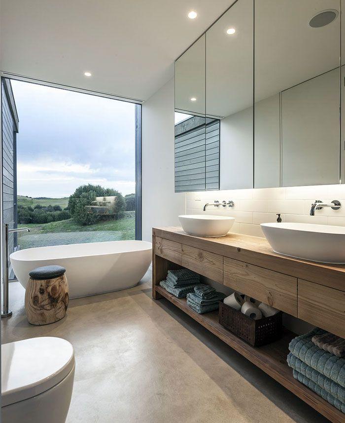 Waschtisch aus Holz mit Schubladen und Ablagefläche, Aufsatzwaschbecken und Armaturen in der Wand