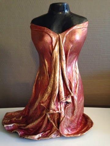 Sculpture buste robe rouge or et orange. Prix 70€