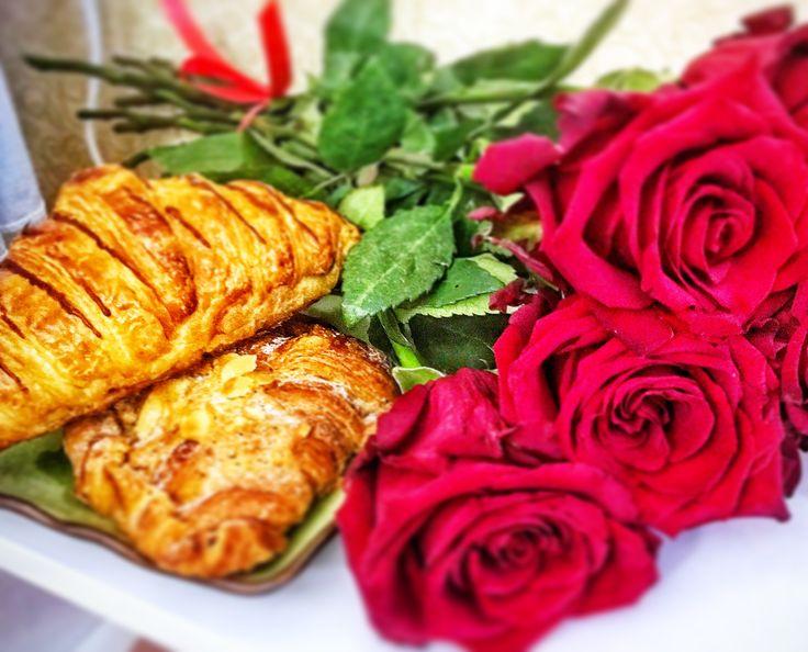 Розы. Круассаны. Утро.