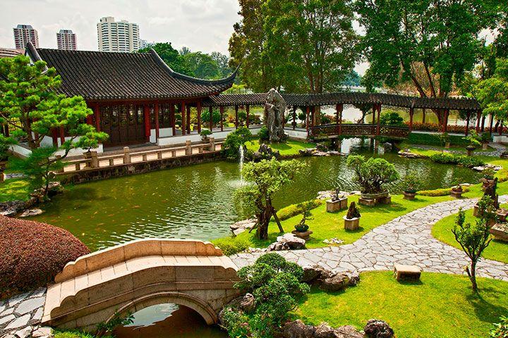 Pontes e córregos de água são um elemento recorrente nos Jardins japoneses