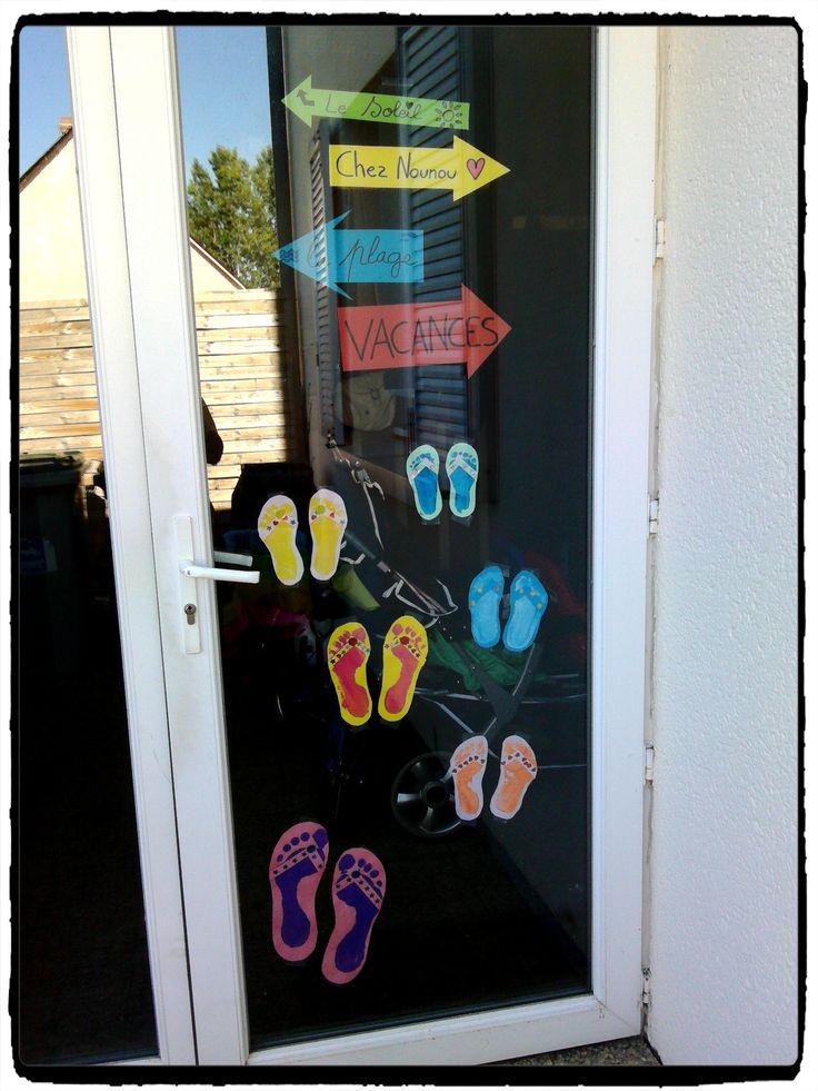 porte d'entrée décorée pour l'été, vacances et plages, tongs empreintes de pied