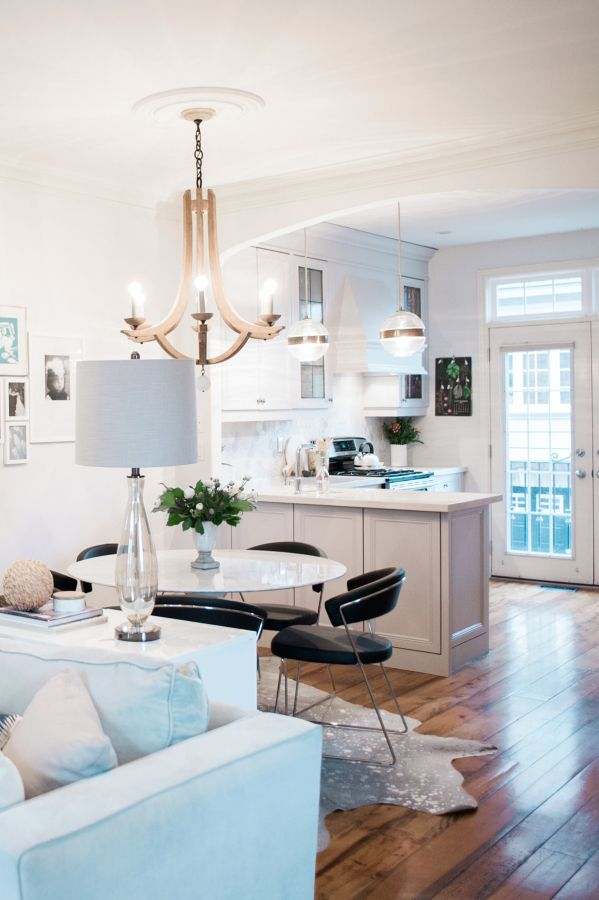 Modern meets classic interior: http://www.stylemepretty.com/living/2016/06/29/tour-a-home-that-balances-modern-classic-design-like-a-boss/ | Photography:Heidi Lau