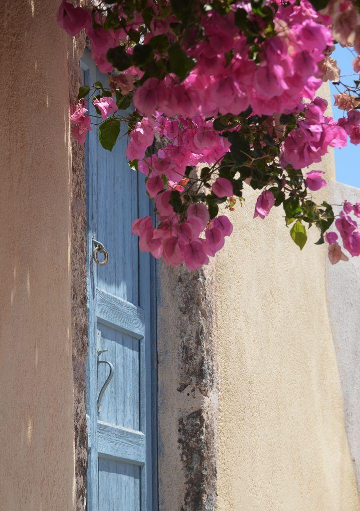 Santorini, la isla de las cúpulas y los atardeceres mágicos / Vero Palazzo - Home Deco Santorini, Palazzo, Portugal, Floral Wreath, Windows, Wreaths, Doors, Home Decor, Greece