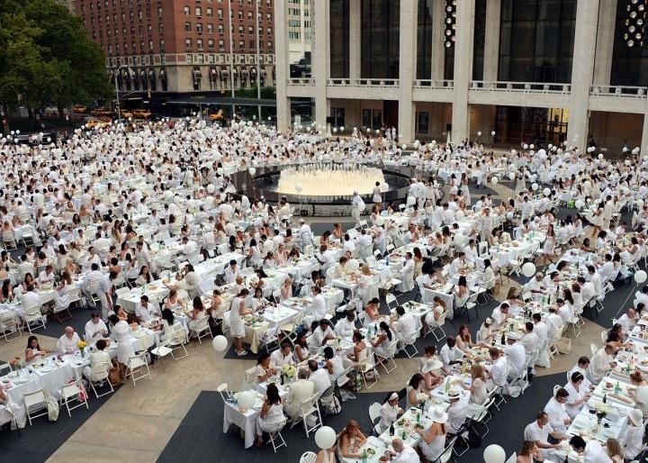 """""""Le Dîner en blanc"""" è una vera e propria istituzione per i francesi. Nata nel 1988 dall'idea di uno chef parigino, François Pasquier, la cena in bianco è un evento che si ripete ogni anno da 24 anni, e la cui location viene rivelata solo all'ultimo. A Parigi nel 2011 si sono raggiunte ben diecimila adesioni all'evento, che nel frattempo si è diffuso anche in altre città. L'ultima cena in bianco si è tenuta a New York(Credit Andrew H. Walker/Getty Images)."""