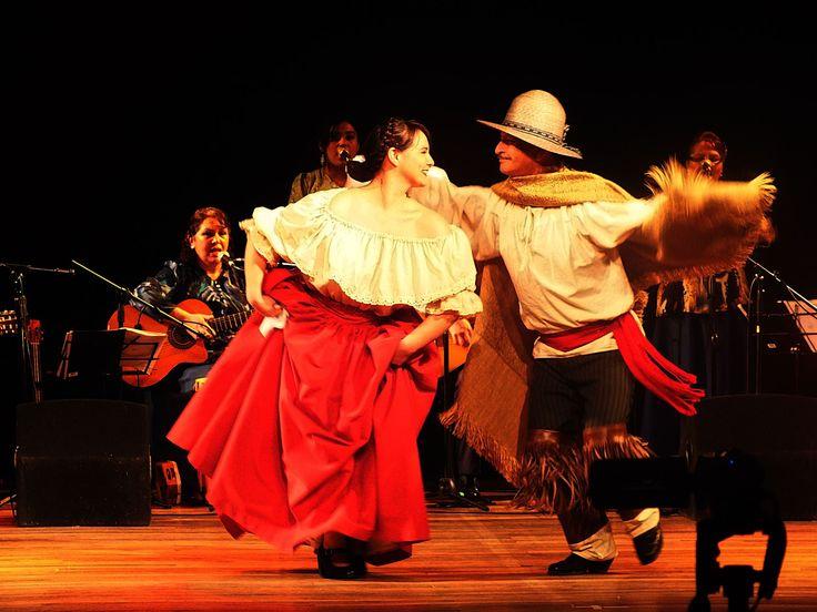 2015, 15 de Septiembre. Cueca de Chingana. Proyección folclórica interpretada por Lucy Arrue y Manuel Candia, realizada en el Aula Magna de la Universidad Católica de Temuco. Felicitaciones al fotógrafo Marcelo Mera Riquelme. Facebook de Clavel Chino Inverosímil FUENTE: https://www.facebook.com/photo.php?fbid=10207610808613316&set=a.4353849849455.179352.1383942677&type=3&theater