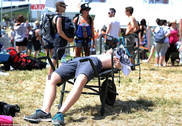 army shorts festival | Glastonbury girls descends on festival with Hunter wellies ...