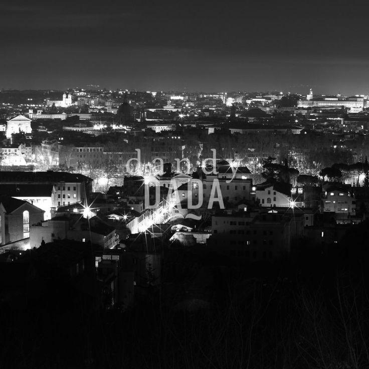 """Veduta dal Gianicolo II L'opera """"Veduta dal Gianicolo 2"""" di Massimo Margagnoni appartiene alla collezione """"Roma"""". Roma è sempre magica sia di giorno che di notte. Nella collezione """"Roma"""" il fotografo Massimo Margagnoni immortala alcuni dei simboli della città eterna. Un tour pervaso dalla dimensione del ricordo inteso come grande luogo ricco di contenuti estetici da rivalutare. La fotografia, come una bussola, spinge il fotografo a solcare la forma e la luce."""