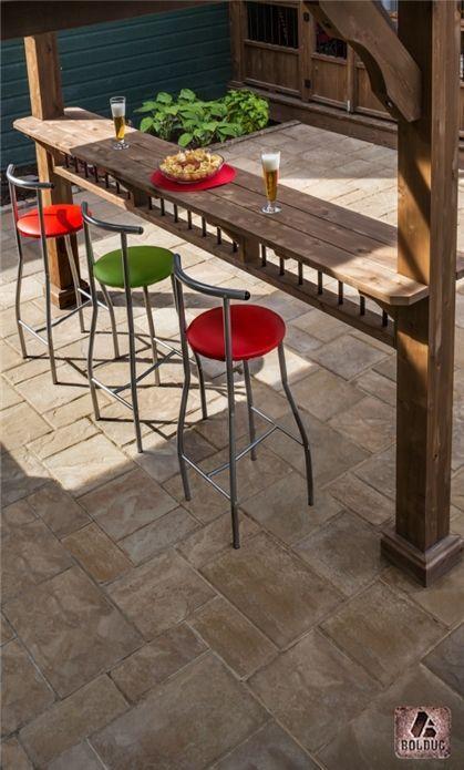 Dalle richelieu modulaire beige dune. Comptoir bar pour l'été. | Richelieu modular slab, sandhill beige. Summer time.