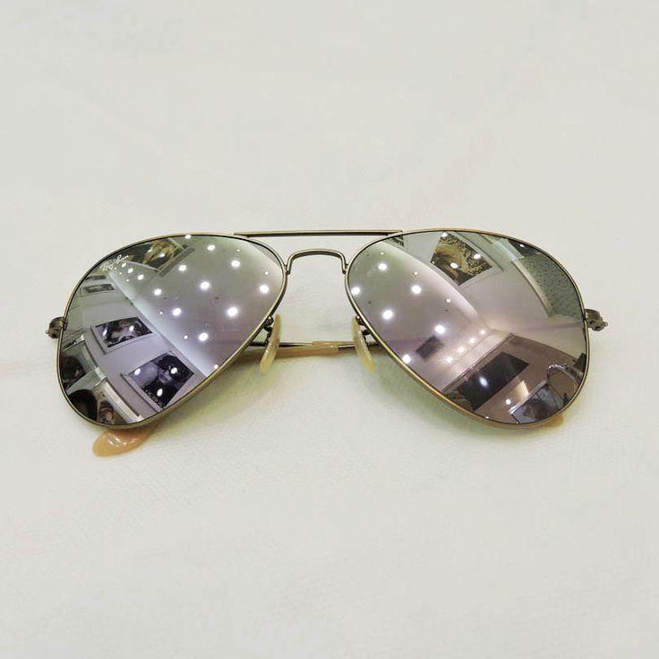 Óculos Ray Ban - R$490,00 Ótica Lens http://shoppingsaojose.com.br/  Este é um clássico! Os óculos de sol aviador da Ray Ban, ou policial para quem adora os filmes de Hollywood, ficam ainda mais charmosos com as lentes espelhadas. Perfeito para quem ama o estilo Boho Chic ou a moda dos anos 1970, que voltam com tudo na próxima estação.