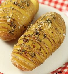four à 200°C  mélangez l'huile d'olive, l'ail haché, les épices ou herbes que vous aimez.   Entaillez les pommes de terre sans les couper, tous les 2 ou 3 millimètres. (Astuce : placer la pomme de terre entre deux baguettes chinoises)  Déposez les pommes de terre dans un plat à four. A l'aide d'un pinceau, badigeonnez les pommes de terre avec le mélange  Salez et poivrez. Placez les pommes de terre au four pendant 40 minutes.