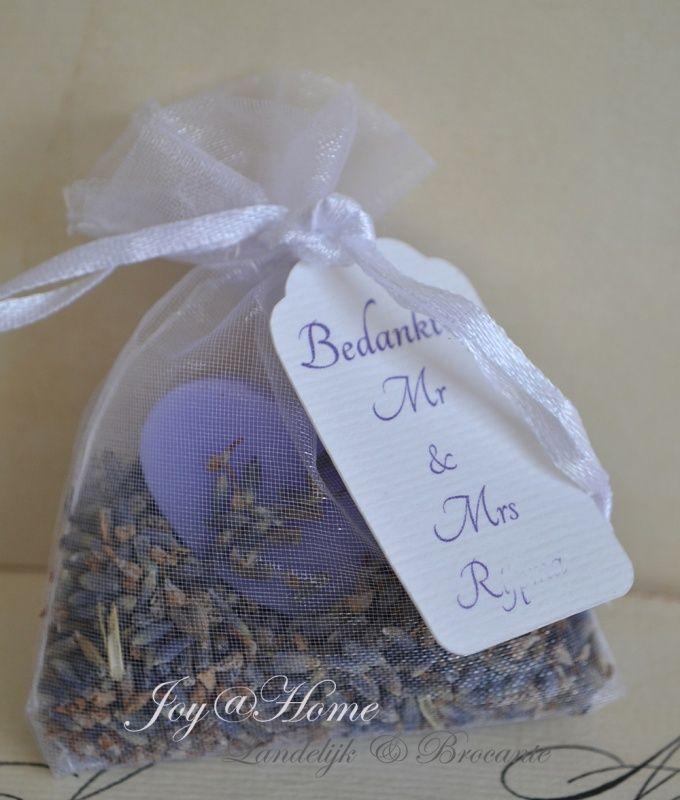 Trouwbedankje. Zakje met lavendel, een zeepje & label met tekst