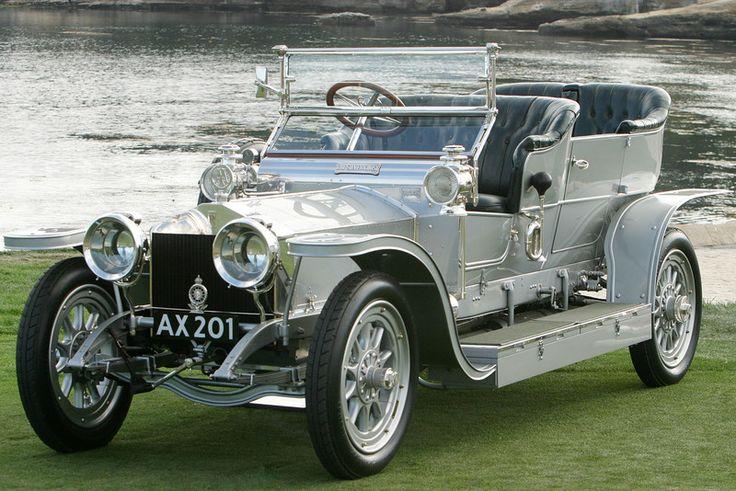 En 1906, durante el Salón del Automóvil de Londres, se presentó un coche de 6 cilindros llamado Rolls-Royce Silver Ghost. Como prueba de fia...