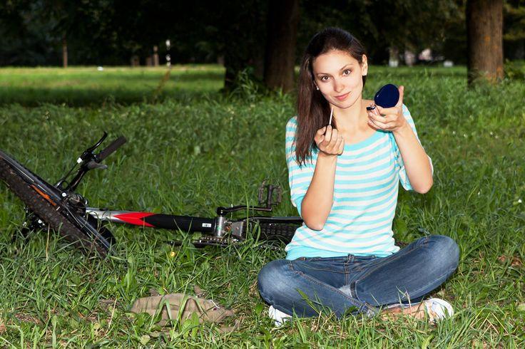 LA QUESTIONE DEL TRUCCO IN BICI Per le donne che utilizzano regolarmente la bicicletta per muoversi quotidianamente, il trucco e la cura della pelle sono spesso confusi. Dobbiamo mettere la mascara prima di andare in bicicletta o optare per occhi naturali? La risposta è semplice: fate come vi piace. In realtà, che fate bicicletta…