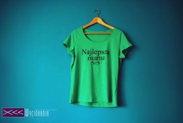 Nie dawno prezentowałam Wam kilka propozycji koszulek dla ojców – tym razem koszulka dla mamy;) Wyszła z pod pędzla mojej zdolnej siostry, całość ręcznie malowana farbami PORFIL które znajdziecie w naszym sklepie.  http://wycinarnia.pl/product-category/farby/